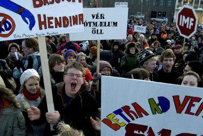 Ciudadanos islandeses se manifiestan tras el colapso de la economía, en diciembre de 2008. / BRYNJAR GUNNARSSON (AP)