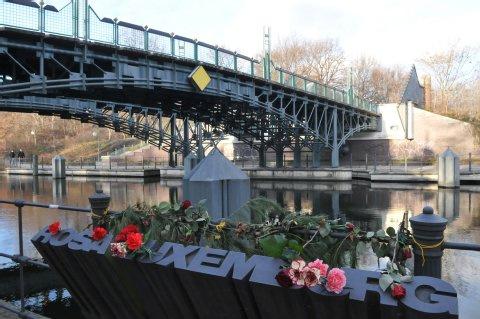 """""""Puente de Rosa Luxemburgo"""" un paso de peatones sobre el Landwehrkanal, el canal construido en Berlín a mediados del siglo XIX para aliviar la carga de circulación sobre el río Spree. Aquí fueron arrojados los cuerpos de Rosa y Karl Liebknecht."""